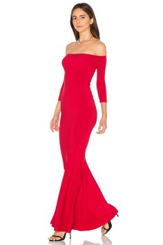 Norma Kamali Off The Shoulder Fishtail Gown en Rojo | REVOLVE