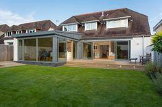 Ein Haus, das die Moderne mit dem Traditionellen verbindet und so einen offenen Wohnbereich ermöglicht.