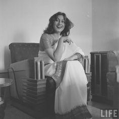 Madhubala February 1933 - February an Indian Bollywood film actress. Bollywood Cinema, Bollywood Photos, Indian Bollywood, Bollywood Actors, Old Film Stars, Indian Aesthetic, Indian Photoshoot, Vintage India, Popular Actresses