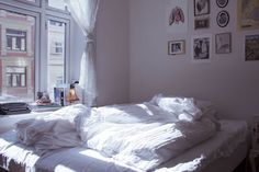 Love the effortless look of a clean white color scheme