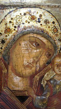 В основной массе «корунные» Казанские пошли позже, когда этот элемент убранства столичной святыни усвоился иконографически. Красивы цвета иконы, особенно — насыщенно вишнёвый мафорий. Этот красный оттенок — отличительная черта древности. Встречаются старообрядческие имитации икон Богоматери, очень близкие по исполнению к древним образцам, но у них мафорий всегда чёрно-коричневый. Старообрядцы подгоняли свои краски к тогдашнему состоянию цветов древних вещей, находящихся под тёмной олифой. Religious Icons, Orthodox Icons, Virgin Mary, Ikon, Close Up, Christianity, Modern, Painting, Art