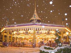 陽が落ちても雪は降り続けて・・・まるで絵本の世界のようなキャッスルカルーセル。 Photo by M.T