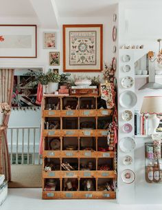 A maximalist dream! This London home of Violet Dent is packed with art, patterns, color and interesting objects Wooden Lockers, De Gournay Wallpaper, Topps Tiles, Townhouse Designs, Pink Tiles, London House, Shabby Chic Style, Displaying Collections, Cool Rooms