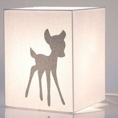 Cette lampe cube à poser Faon de la marque Voilà ma maison apportera à la chambre de bébé couleurs et sérénité en toute sécurité.