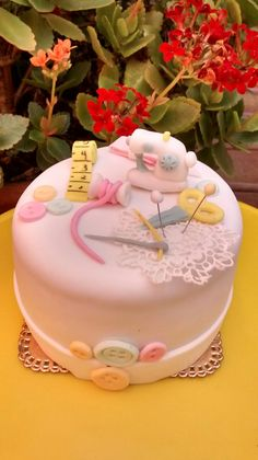 ✩ Check out this list of creative present ideas for tennis players and lovers Sewing Machine Cake, Sewing Cake, Sewing Machines, Unique Cakes, Creative Cakes, Quilted Cake, 80 Birthday Cake, Tool Cake, Crazy Cakes