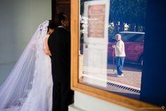 senhora observando a noiva do lado de fora da igreja