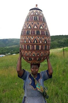 Zulu Ilala Palm Baskets - African Basket - Zulu - Ukhamba - 38 Inches Tall - Zulu weaver and her very large Ukhamba basket. Zulu, Basket Weaving, Hand Weaving, Beer Basket, Baskets On Wall, Woven Baskets, African Artwork, African Home Decor, African Tribes