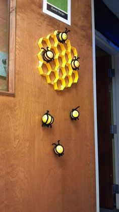 Easy Spring Crafts for Kids to Make at School – Bees and Beehives Bee Crafts For Kids, Spring Crafts For Kids, Decoration Creche, Bee Decorations, Back To School Crafts For Kids, Bee Art, Classroom Decor, Paper Crafts, Beehive Craft