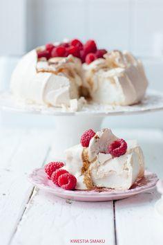 Pavlova with Coffee Cream and Raspberry Sauce Recipe Pavlova Cake, Pavlova Recipe, Polish Desserts, Just Desserts, Sweet Recipes, Cake Recipes, Dessert Recipes, Dessert Food, Raspberry Pavlova