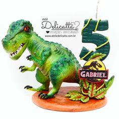 Dinossauro Rex em biscuit e vela personalizada. #jurassicpark #festadinossauro #dinossauro Topo de bolo dinossauro, vela dinossauro Festa Jurassic Park, Candels, Jurassic World, Grinch, Tinkerbell, Dinosaur Stuffed Animal, Clay, Birthday, Party