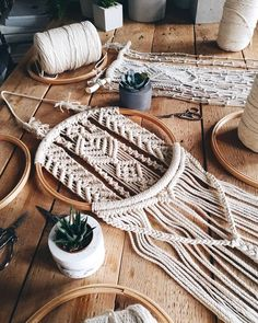 DIY Makrame Source by wohnklamotte Macrame Design, Macrame Art, Macrame Projects, Macrame Modern, Micro Macrame, Macrame Wall Hanging Patterns, Macrame Patterns, Macrame Hanging Chair, Art Macramé