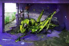 Artur Bordalo (aka Bordalo II) est un artiste portugais de 27 ans. Il pratique la sculpture à partir de déchets trouvés dans la rue puis de peinture pour réaliser ces animaux ou insectes géants.  Avant lui, son grand père « Bordalo I » décorait également les rues de Lisbonne avec ses peintures livrées gratuitement à l'oeil des passants et des résidents.
