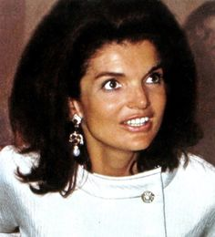 Billedresultat for 1977 - Jackie waits for daughter Caroline who was studying art in London, when a bomb went off in a car she was supposed to ride to Estilo Jackie Kennedy, Los Kennedy, John F Kennedy, Jaqueline Kennedy, Jacqueline Kennedy Onassis, Caroline Kennedy, Elsa Peretti, Carolina Herrera, Southampton