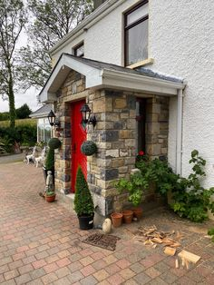 We're obsessed with this stone porch that one of our clients created! Gorgeous idea to liven up your cottage! Limestone Paving, Stone Porches, Cottage Renovation, Stone Veneer, Natural Stones, Cosy, Building, Places, Nature