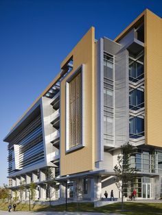 Gallery of Kenwood Interdisciplinary Research Complex / Flad Architects – 12 – ELEVATION Healthcare Architecture, Hospital Architecture, Factory Architecture, Facade Architecture, Facade Design, Exterior Design, Public Library Design, Modern Hospital, Hospital Design