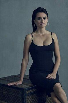 In the new Murder On The Orient Express, Penelope Cruz plays Pilar Estravados, a mysterious missionary. 'She's very plain,' the actress declared. Beautiful Celebrities, Beautiful Actresses, Beautiful Women, Beautiful Latina, Penelope Cruze, Carolina Cruz, Cinema Tv, Spanish Actress, Teresa Palmer