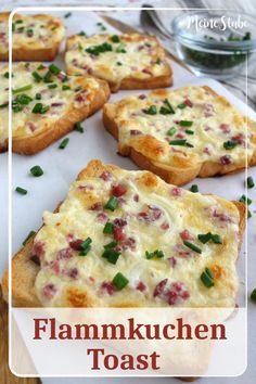 Flammkuchen Toast mit Speck und Zwiebeln – MeineStube Recipe for tarte flambée with creme fraich, bacon and onions. If you like tarte flambee you will … Pizza Snacks, Snacks Für Party, Toast Pizza, Pizza Pizza, Steak Recipes, Salmon Recipes, Cooking Recipes, Drink Recipes, Breakfast Desayunos