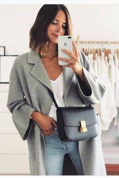 Tous les conseils pour bien choisir ton manteau et comment le porter avec style ! Tous les conseils & idées de tenues sont dans cet article ! #tenuefemme40ans #blogmodefemme40ans #tenuestylée #élégante #manteaugris #jeanslim #tshirtlooseblanc