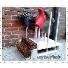Lovely boot holder, made from a pallet and broomsticks Diy Pallet Projects, Wood Projects, Projects To Try, Pallet Crates, Old Pallets, Recycling, Diy Recycle, Boot Rack, Shed Organization