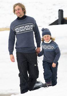 TanteHanne.dk gratis PDF strikkeopskrift trøje til far og søn Hue, Christmas Sweaters, Sons, Men Sweater, Cardigans, Fashion, Stapler, Threading, Moda