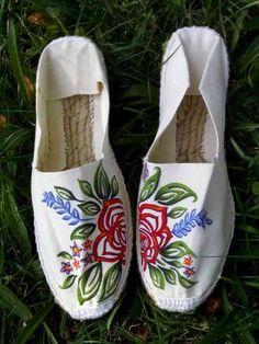 alpargatas pintadas - Buscar con Google Custom Painted Shoes, Hand Painted Shoes, Custom Shoes, Shoes Flats Sandals, Espadrille Shoes, Shoe Boots, Espadrilles, Diy Fashion Shoes, Recycled Shoes