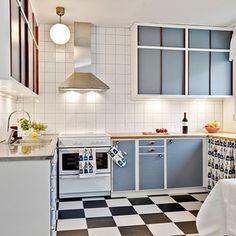 Köket efter renoveringen. Helkaklat med luckor i amazonblå nyans. Inspiration hämtad från Kvänums retrokök.