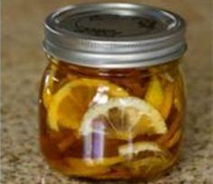 Pokud si chcete do chladničky připravit hřejivou léčivou dobrůtku, tak kupte citrony a zázvor. Medík jistě mát...