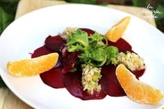 Rote Bete Carpaccio mit Blutorangendressing, rohem Fenchel mit Navelorangenschnitzen und gemischtem Blattsalat.