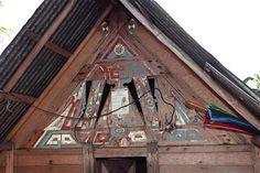 Détail d'un pignon découpé et peint, Kotika (rive gauche du Lawa) Phot. Inv. M. Heller © Inventaire général, ADAGP, 2001