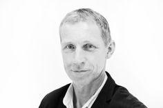 Kim Hundevadt (f. 1960) er forlagschef på JP/Politikens Forlag (nonfiktion). Han har skrevet bøgerne I morgen angriber vi igen – om Danmarks krig i Afghanistan (2008), Provoen og profeten – Muhammedkrisen bag kulisserne (2006), Færdigt arbejde – frontberetning fra globaliseringens brændpunkter (2004), Kanten af kaos – en guide til det moderne liv (2003) og Stifinderen – om coachen Lasse Zäll (2001).