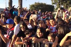 CHIVAS RECIBE CÁLIDO APOYO DE LA AFICIÓN Seguidores del Rebaño se congregaron afuera de Verde Valle para apoyarlos al inicio de la temporada. Para arrancar el Clausura 2017, Chivas enfrentará a Pumas.