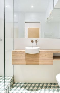 Banheiro fofo e moderninho num micro apê em Paris. Vale a visita no site Not a Paper House para ver o restante das fotos.