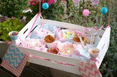 Zuckerkiste - was für eine tolle Idee für einen Kindergeburtstag o. ä.  genial finde ich die kleinen Tütchen vorne an der Kiste, damit die Kinder sich selber eine eigene Tüte zusammenstellen können