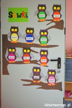 Sówki - dekoracja drzwi przedszkolnej sali dydaktycznej   #lubietworzyc #DIY… Preschool Crafts, Crafts For Kids, Fall Owl, Mary Christmas, Birthday Charts, Kindergarten, Paper Owls, Illustrations And Posters, Projects To Try