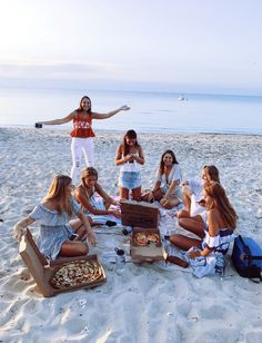 Pizza sand and sunsets with your best friends perfect. Share with your friends - Food Meme - The post Pizza sand and sunsets with your best friends perfect. Share with your friends appeared first on Gag Dad. Photos Bff, Friend Photos, Beach Photos, Summer Feeling, Summer Vibes, Best Friend Fotos, Shooting Photo Amis, Shotting Photo, Cute Friend Pictures