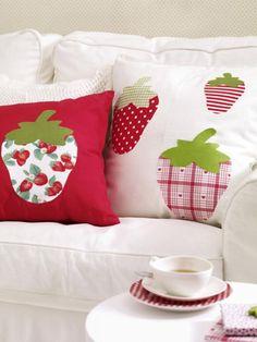 Nur die süßesten Erdbeeren schaffen es auf unser Sofa und diese hübschen Kissen können Sie mithilfe unserer Anleitung ganz einfach nachmachen.