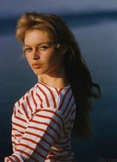 En rouge pour Brigitte Bardot