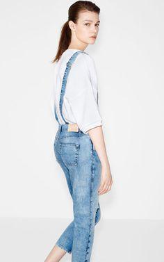Jeansowe ogrodniczki z efektem sprania - Zara