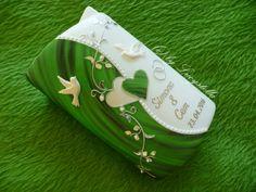 **Hochzeitskerze SF24 Rahmen Herz Ranke grün silber** Kerzengröße: Sonderform Ellipse 2 Flügel 185/115/60 mm weiß  Die Hochzeitskerze ist inklusive Beschriftung. (Namen und Datum)  Es handelt...