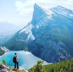 Stretching out for over 900 miles in western Canada lies the Canadian Rockies, a sprawling mountain system connected to the Rocky Mountains. Best Camera For Hiking, Osho, Business Coach, Photos Voyages, Canadian Rockies, Cool Countries, Belleza Natural, Rocky Mountains, Travel Pictures