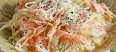 Modo de Preparo: COMO FAZER SALADA DE REPOLHO DELICIOSA Em uma tigela, misture o repolho e a cenoura ralados com a maionese. Acrescente os demais ingredientes e