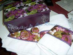 Caixa contendo 2 toalha de banho, 1 toalha de rosto e 2 sabonetes redondo da marca Natura , todos decoupado com a estampa coordenado todo o kit. R$ 99,00