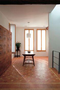 リビングからダイニングを望む。イタリアの職人が作った木製サッシは高さがあるため明るい光があふれる。