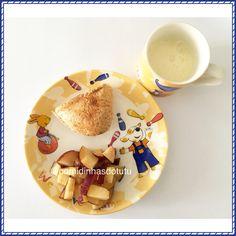 Café da manhã com ameixa, pão francês integral na chapa com queijo minas e iogurte natural caseiro batido com maracujá