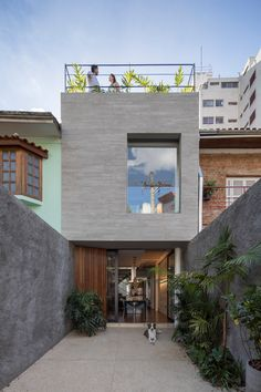 Brazilian firm Estúdio BRA Arquitetura has designed a compact house for a long and narrow parcel of land, incorporating front and rear courtyards, and a rooftop deck. Narrow House Plans, Compact House, Modern House Design, Exterior Design, Modern Exterior, Future House, Interior Architecture, Light Architecture, Townhouse
