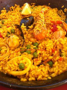 Die Fitness Paella mit Meeresfrüchten bietet sich optimal als Mahlzeit für den Kochabend mit Freunden an. Sie ist nämlich nicht nur gesund, sondern auch noch