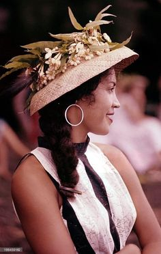 Creative Gifts For Photographers [It doesn't have to be costly] Gifts For Photographers, Street Photographers, Tahiti, Pretty People, Beautiful People, Hawaiian Crafts, Hawaii Style, Maori Art, Traditional Outfits