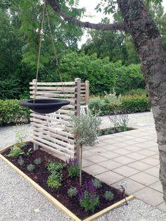 Idag delar jag med mig av ett enkelt trädgårdstips för att skapa sittplatser i din trädgård. Vi var hos bror och svägerska under semestern och så här har de gjort en uteplats på framsidan. Enkelt...