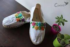 Resultado de imagen para alpargatas bordadas a mano Crochet Sandals, Crochet Boots, Shoe Makeover, Mehndi Designs Feet, Crochet Pillow Patterns Free, Boho Shoes, Crochet Lace Edging, Painted Shoes, Fashion Shoes