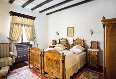 Am pus pe listă zece locuri selectate și recomandate de noi în albumele și revistele igloo de până acum a căror arhitectură tradițională caldă ne duc cu gândul la vacanțe de iarnă demne de cărțile din povești. 1.Casă de vacanță în Zăbala Între Covasna și Târgu Secuiesc, la m… Turism Romania, Rustic Decor, House Design, Traditional, Vacation, Bed, Places, Furniture, Home Decor